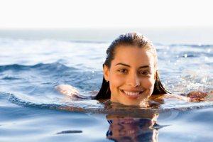 cara memutihkan kulit setelah berenang